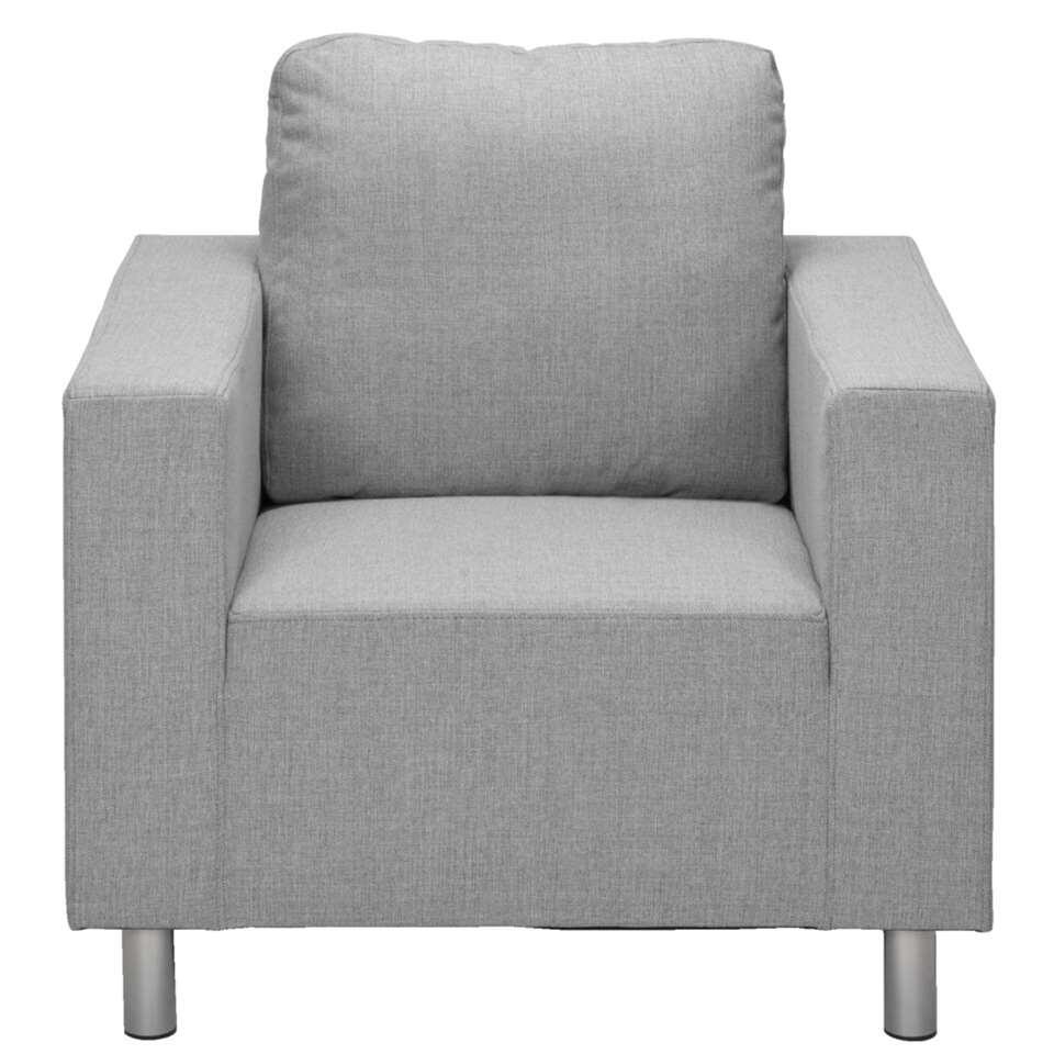 Le fauteuil New York s'intègre parfaitement dans un intérieur moderne. Le fauteuil a un design épuré et des pieds couleur aluminium. Il a une couleur gris clair et est revêtu du tissu solide Inari.