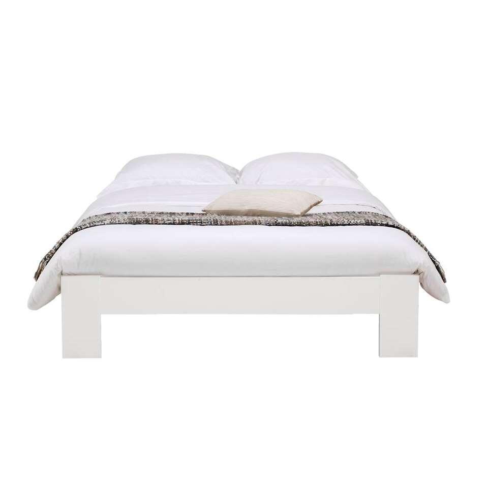 Bed Sydney is stevig en modern, perfect voor in een eigentijdse slaapkamer. Het bed heeft een maximale draagkracht van 100 kg per persoon en wordt geleverd exclusief matras en bedbodem.