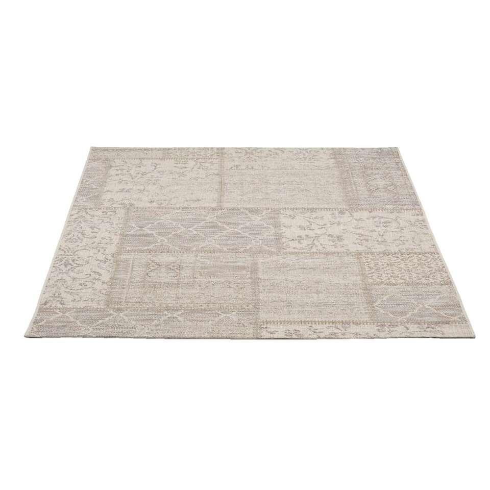 Tapijt Breeze is een sterk vloerkleed met een stijlvolle ijsblauwe kleur. Het tapijt is gemaakt van polypropyleen en heeft een afmeting van 160x230 cm. Het kleed heeft een trendy patroon.