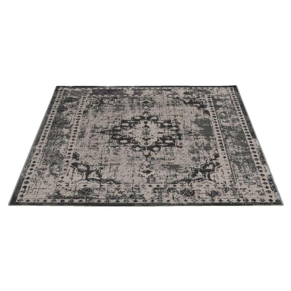 Tapijt Vintage is een groot tapijt met een afmeting van 200x290 cm. Het tapijt is geweven en heeft een authentieke vintagelook. Kleur: grijs. Dit mooie tapijt past in vele woonstijlen.