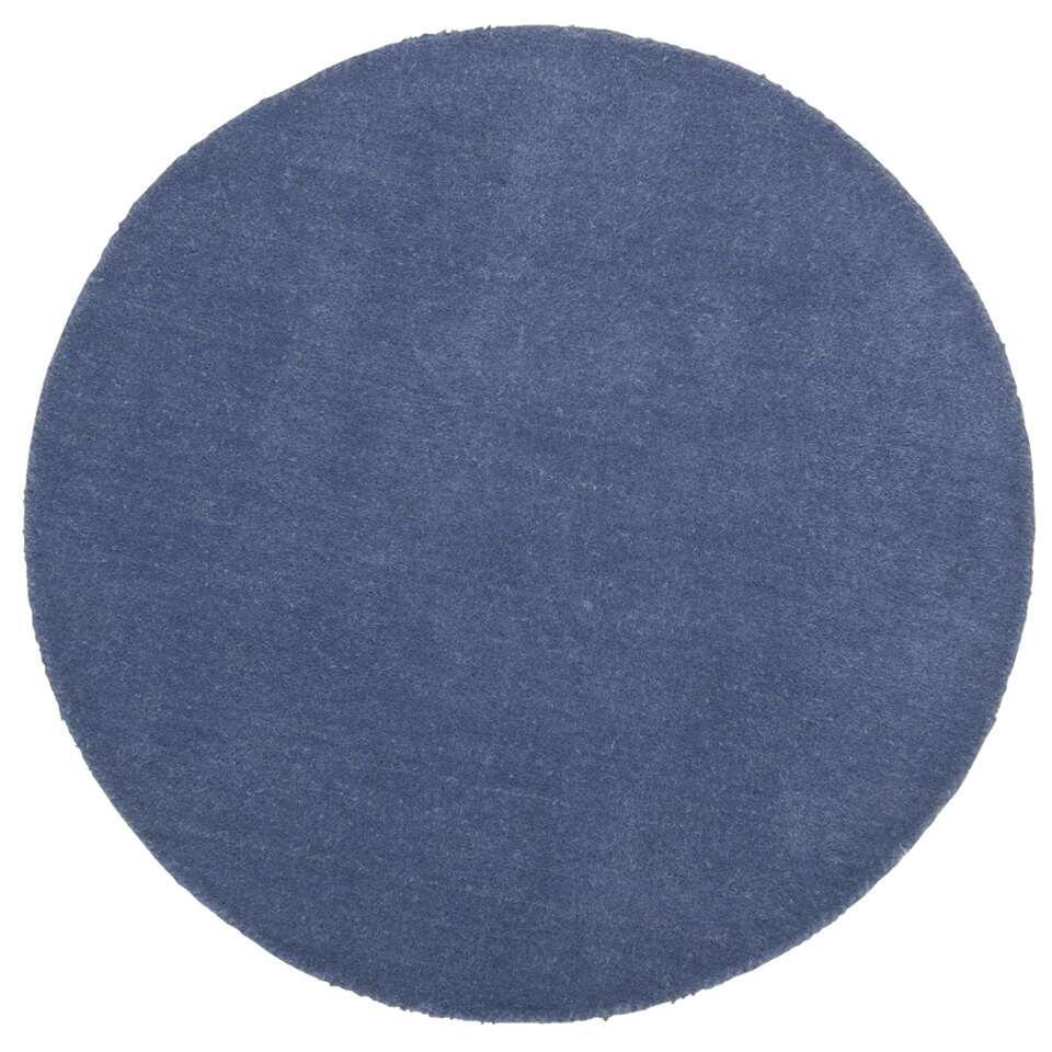 Dit ronde blauwe tapijt uit de Colours-serie staat leuk in elk soort interieur. Het tapijt is gemaakt van 100% wol en heeft een diameter van 68 centimeter.