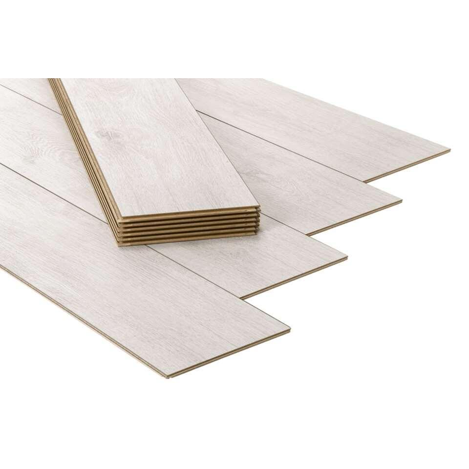 Laminaat Athene is een stijlvolle laminaatvloer met een eikendessin. De vloer is gemakkelijk te leggen en vraagt weinig onderhoud. Enkel online verkrijgbaar.
