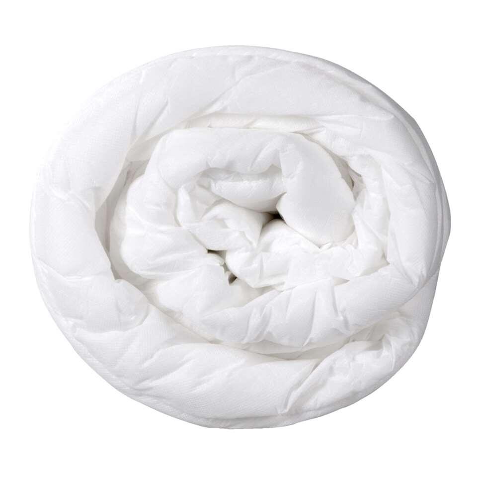 Couette Base est une couette douce faite de 100% polyester. Cette couette a des dimensions de 140x200 cm.