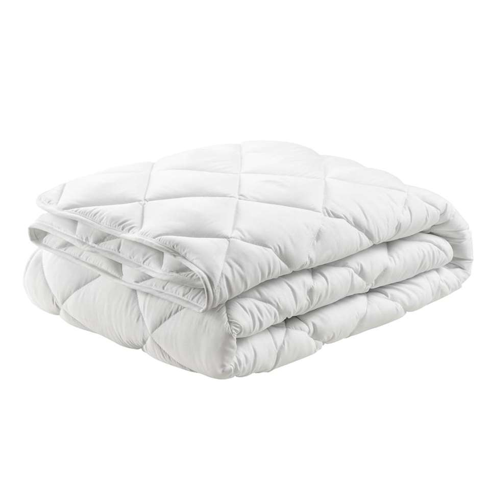 Une couette douce et confortable au remplissage de fibres en polyester élastique et au coutil luxueux trissé fin. La couette a des dimensions de 240x200 cm et tient bien la chaleur.