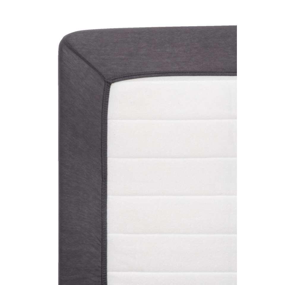 Ce drap-housse Jersey ne peut manquer dans la chambre à coucher. Il est en coton et délicieusement doux. Grace aux bords en élastique, le drap se serre parfaitement autour de votre matelas. Il a des dimensions de 160x200 cm.