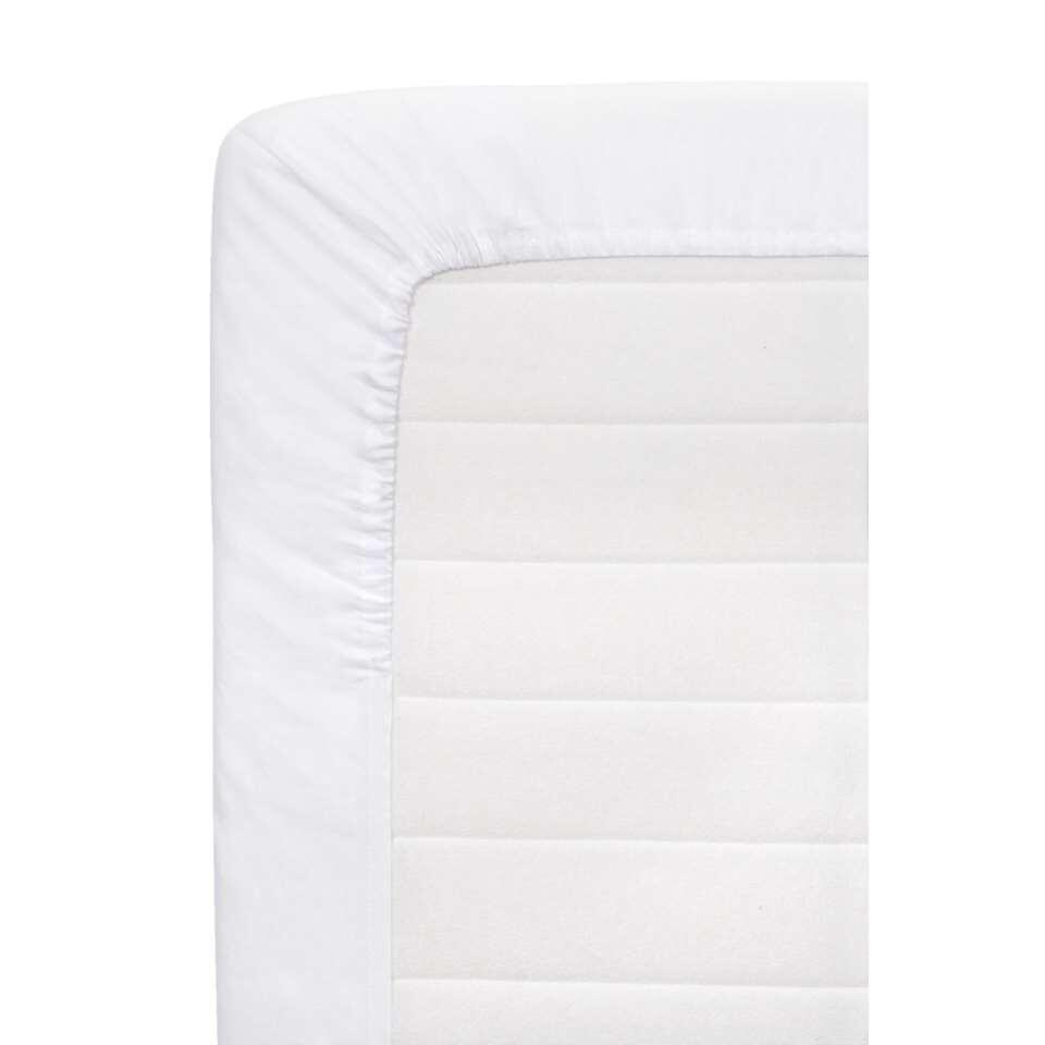 Dit hoeslaken is gemaakt van hoge kwaliteit katoen en is uitgevoerd in wit. Door de elastieken randen en ingenomen hoeken past het laken perfect om je matras. Een ideale basic en is heel gemakkelijk te combineren met ander beddeng