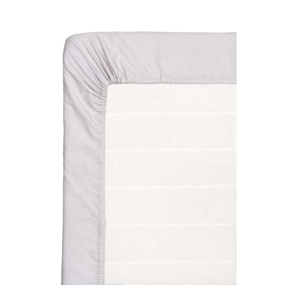 Ce drap-housse doux est fait de coton percale. Ce drap-housse de 180x200 cm est gris.