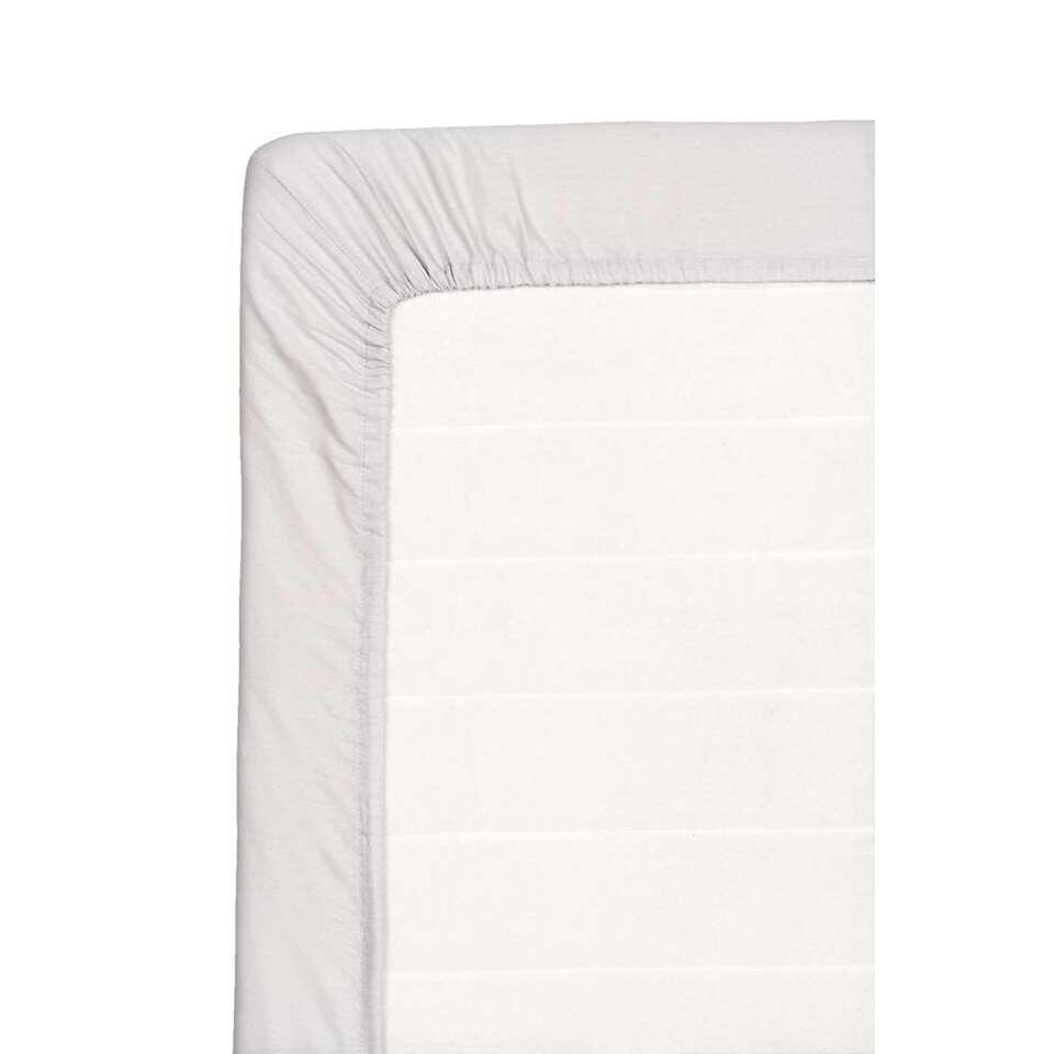 Ce drap-housse doux pour votre matelas est fait de coton. Ce drap-housse de 120x200 cm est gris.