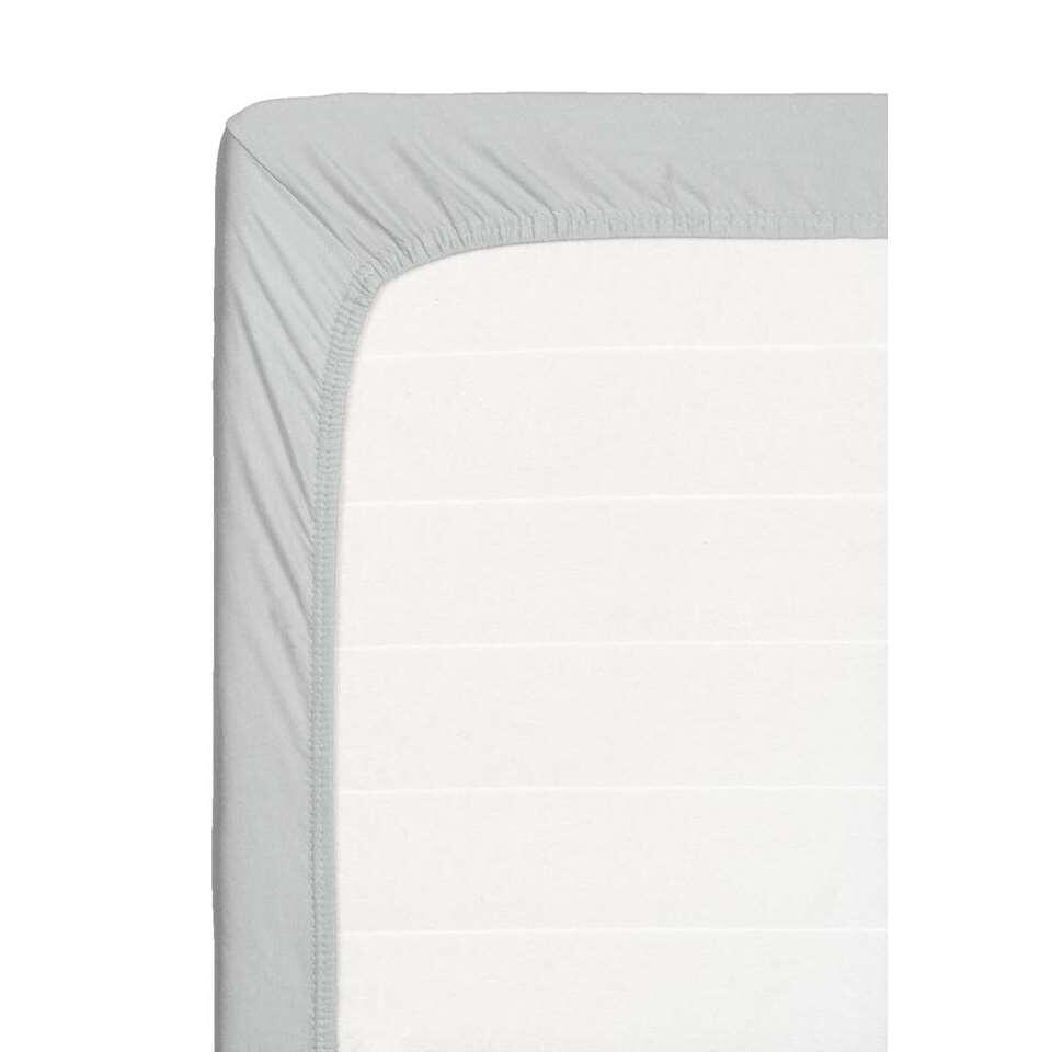 Dit zachte hoeslaken is geschikt voor een topdekmatras. Dit hoeslaken is grijs, is gemaakt van katoen en heeft een afmeting van 160x200 cm.