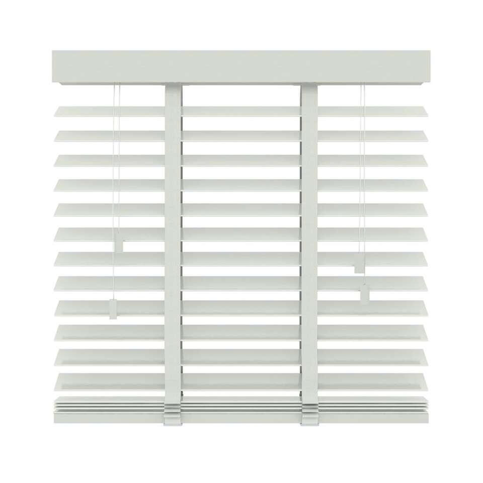 Ce store FSC® vénitien horizontal en bois est 80x180 cm. Lamelles larges de 50 mm. Déterminez vous-même la quantité de lumière en basculant les lamelles.