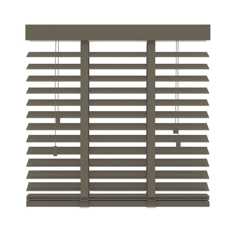 Deze FSC® houten horizontale jaloezie heeft een afmeting van 80x130 cm en een extra brede lamel van 50 mm. Bepaal zelf uw lichtinval door de lamellen te kantelen.