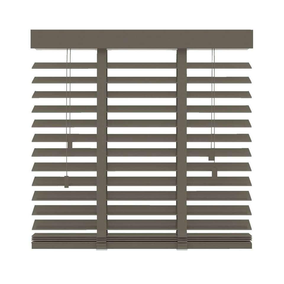Ce store FSC® vénitien horizontal en bois est 100x130 cm. Lamelles larges de 50 mm. Déterminez vous-même la quantité de lumière en basculant les lamelles.