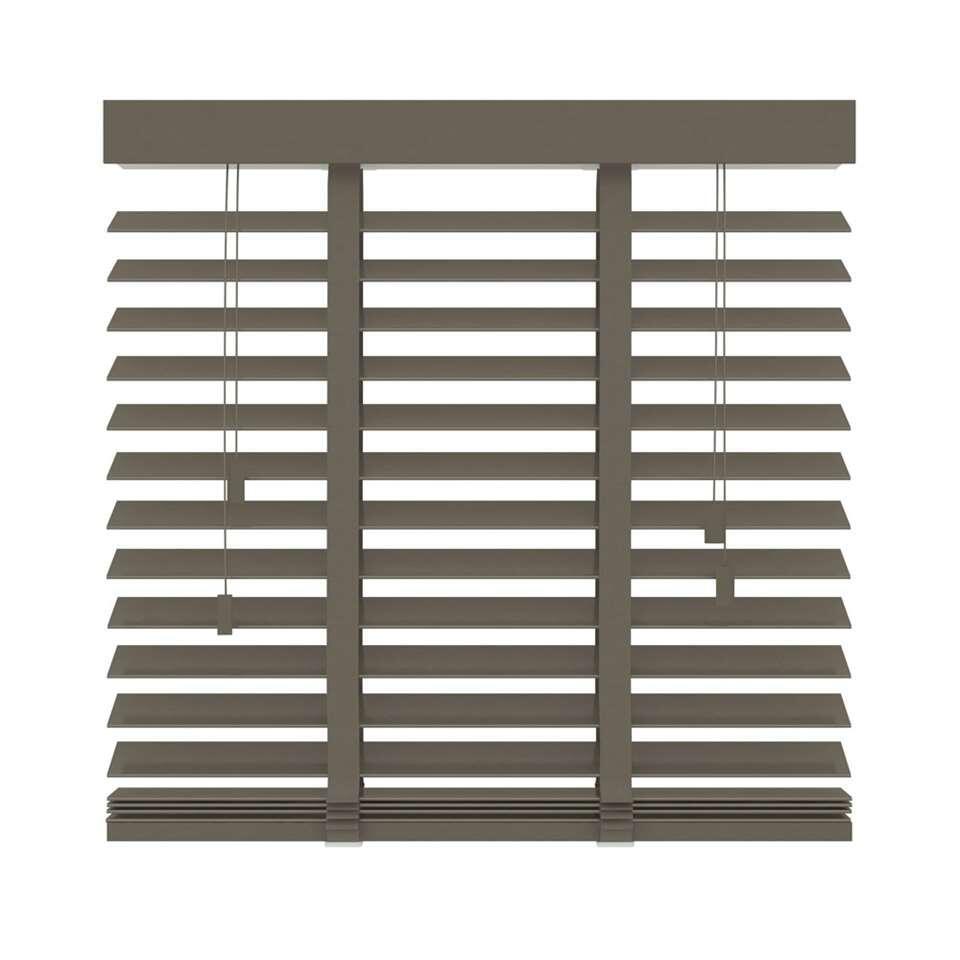 Deze FSC® houten horizontale jaloezie heeft een afmeting van 160x180 cm en een extra brede lamel van 50 mm. Bepaal zelf uw lichtinval door de lamellen te kantelen.