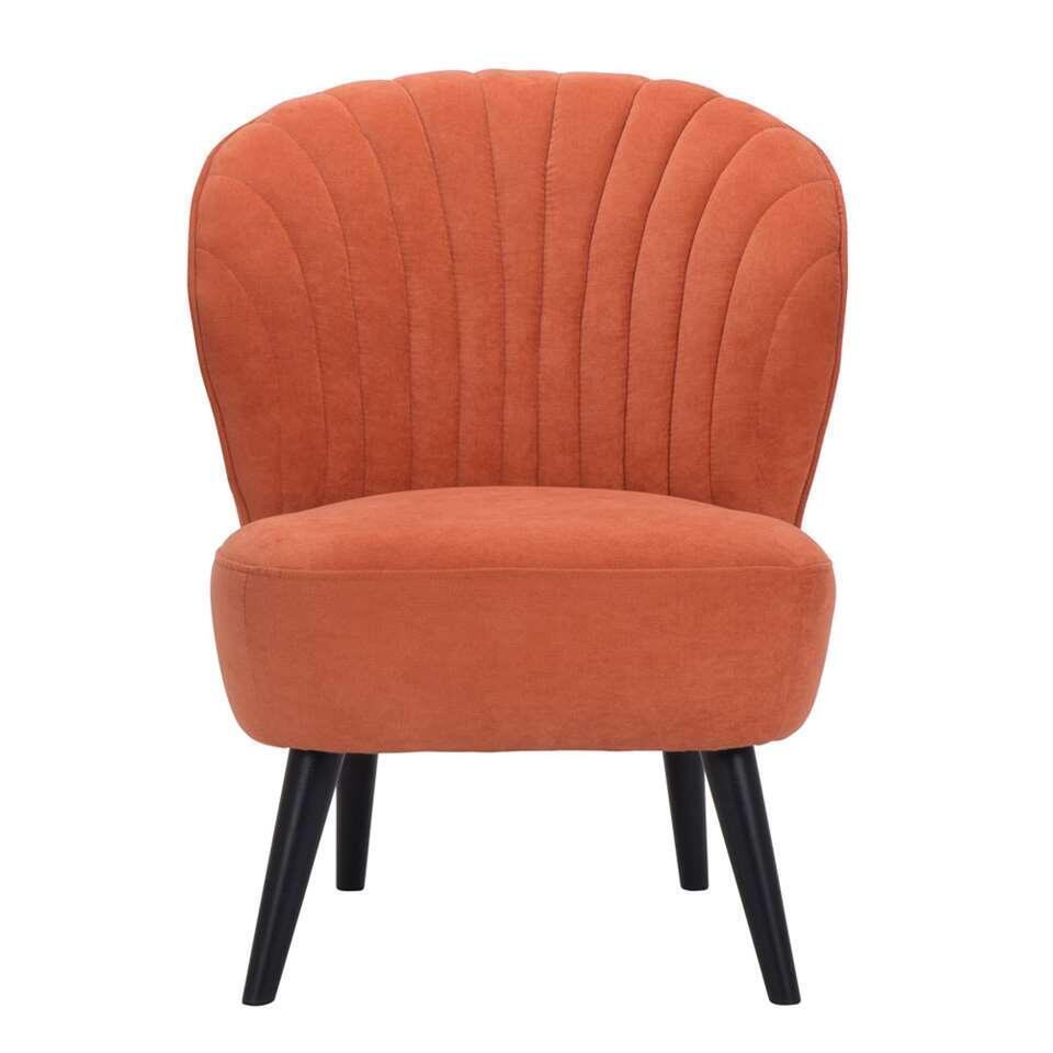 Fauteuil Ventura is een retrolook fauteuil die absoluut niet mag ontbreken in je inrichting! Deze mooie vormgegeven stoel is uitgevoerd in een fijne, oranje stof. De zwarte poot zorgt voor een hippe uitstraling die bij ieder inter