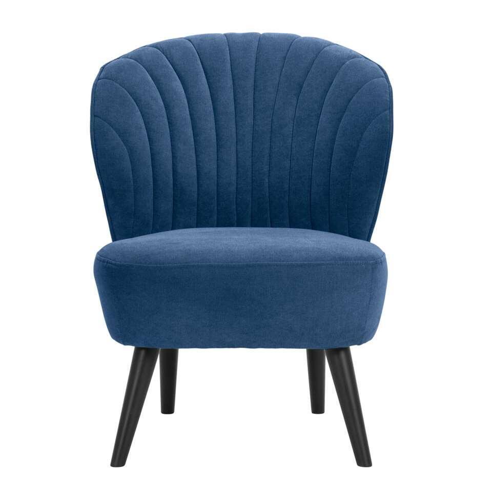 Fauteuil Ventura is vormgegeven met klassieke retrolooks. Deze fauteuil is uitgevoerd in een fijne, donkerblauwe stof. De stijlvolle zwarte poten maken de stoel helemaal af!