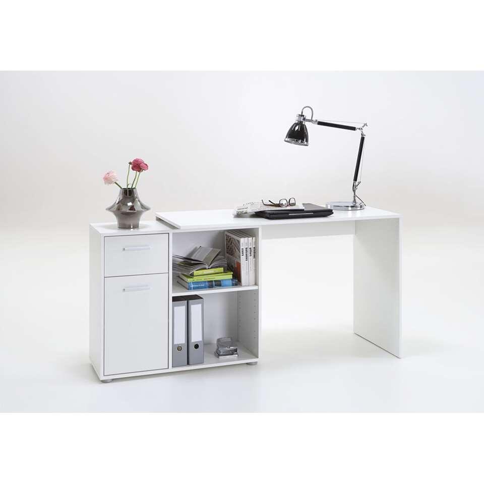 Bureau d'angle Albrecht est un bureau blanc avec des cases et des petites armoires. Ce bureau élégant est un atout pour votre intérieur.