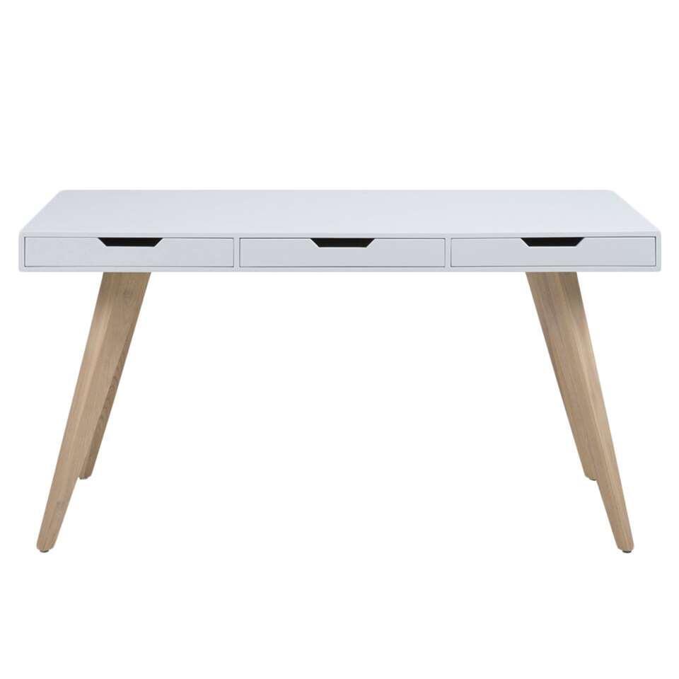 Geef uw inrichting een nieuwe look met het bureau Erada. Het bureau heeft een frisse uitstraling door de combinatie van de houten poten en het witte blad. Het bureau is voorzien van drie laden.