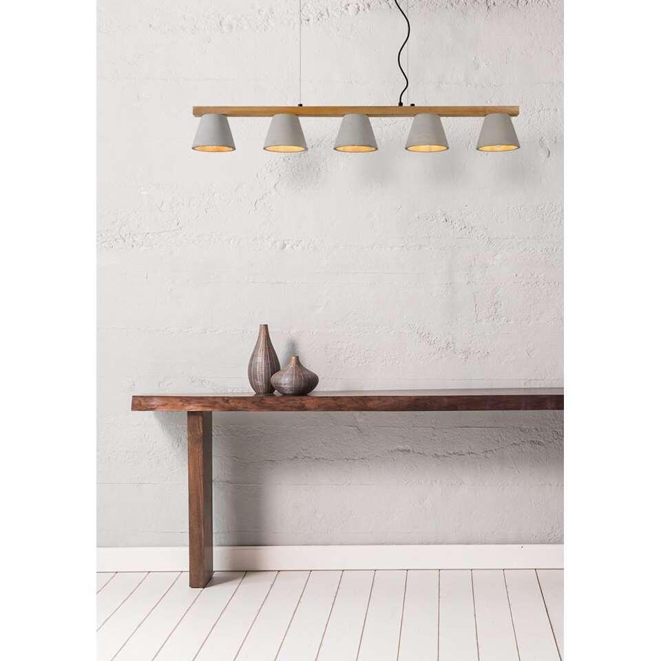 Un bel éclairage avec des matériaux et une lumi4ére chauds. Faite la connaissance de Possio. Ce lustre compte 5 points d'éclairage et trouvera parfaitement sa place dans une maison moderne.