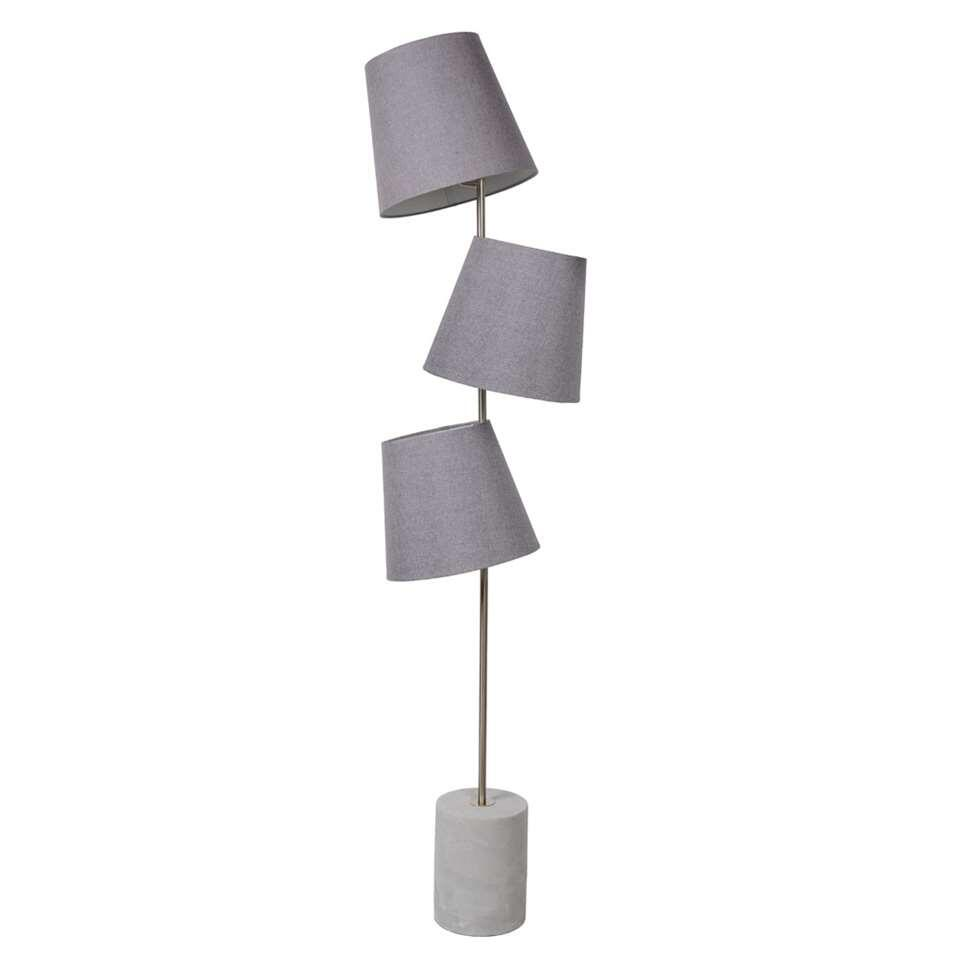 Arjan valt op! Deze vloerlamp van Lucide is perfect voor wie in drievoud uit de bol gaat. Drie lichtpunten hangen kriskras verspreid. De drie E14-fittings van dit verlichtingselement zijn LED-compatibel.