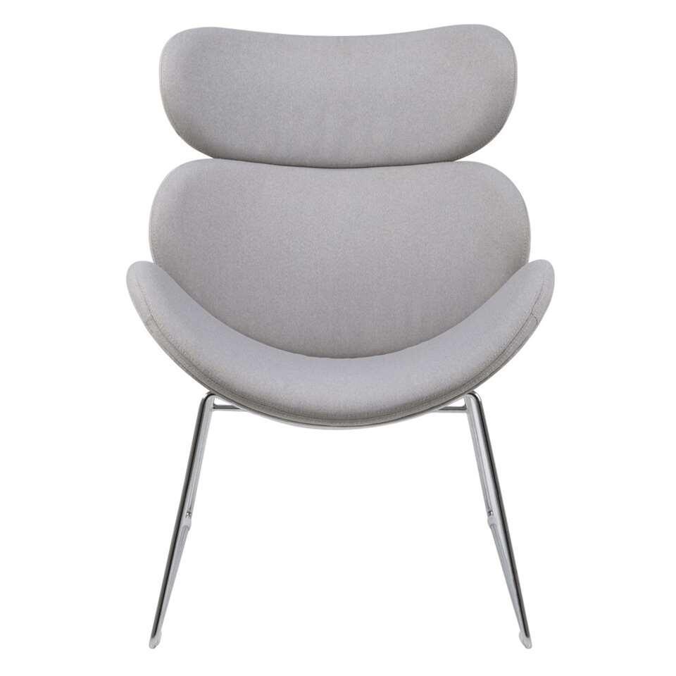 Fauteuil Cezar is een lichtgrijze fauteuil met een geheel eigen look dankzij het ranke metalen onderstel. Deze stoel staat garant voor optimaal zitcomfort en is een echte eyecatcher in je interieur.