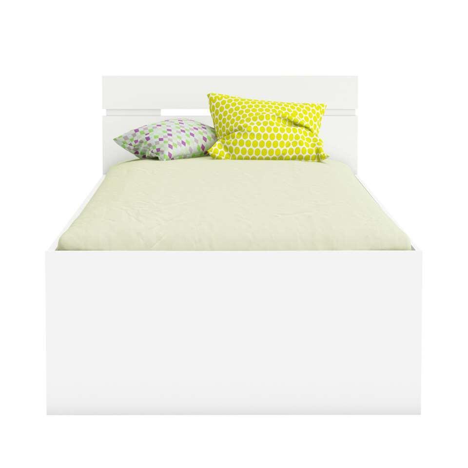 Bed Michigan is een superfijn bed voor één persoon. Het bed heeft een tijdloze witte kleur.
