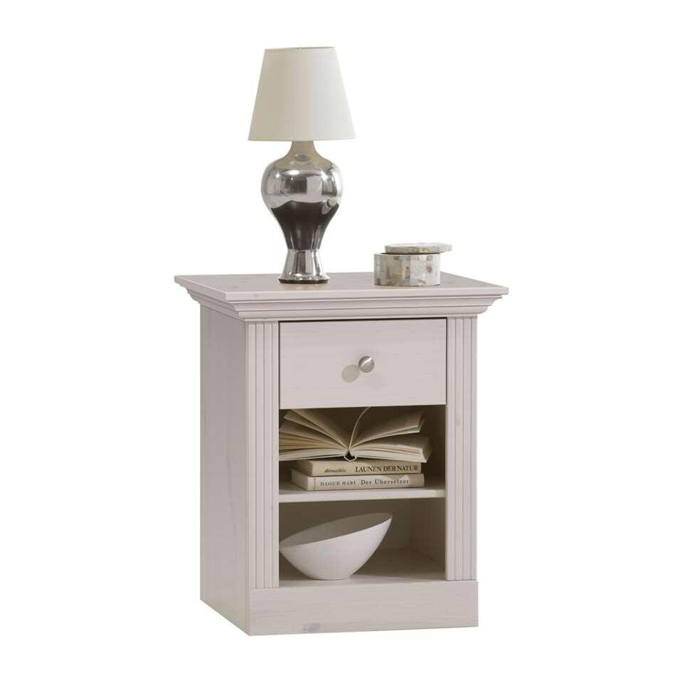 La table de nuit Monaco est un petit rangement blanc élégant avec un tiroir et deux compartiments ouverts. Ce meuble est bien mis en valeur dans un intérieur rustique et romantique.