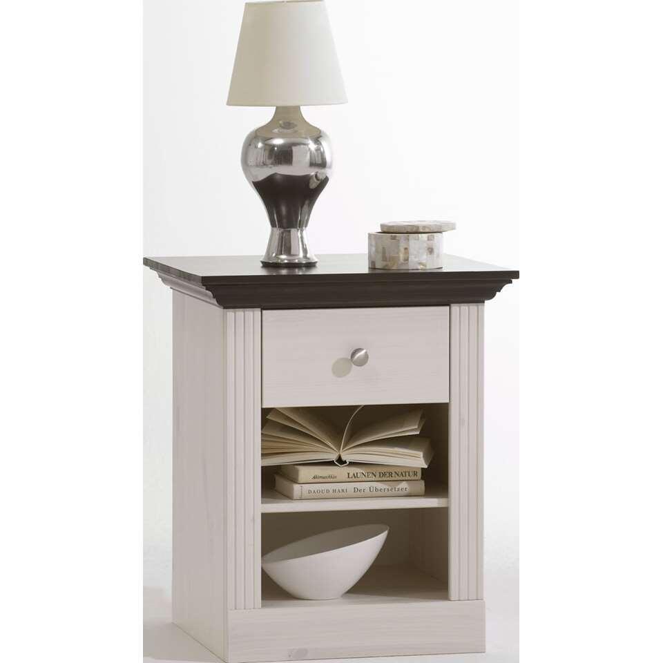 La table de nuit Monaco est un petit rangement blanc élégant avec un plateau foncé, un tiroir et deux compartiments ouverts. Ce meuble est bien mis en valeur dans un intérieur rustique et romantique.