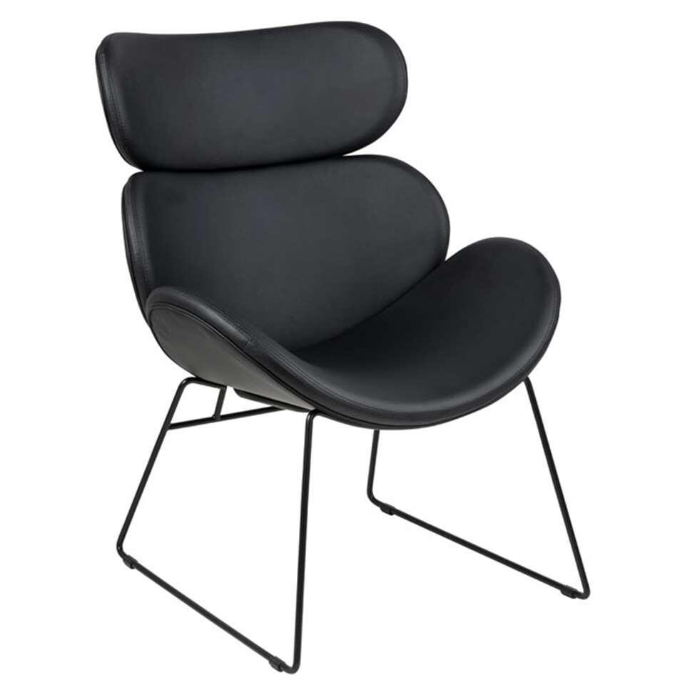 Fauteuil Cezar is een zwarte fauteuil met een geheel eigen look dankzij het ranke metalen onderstel en de lederlook bekleding. Deze stoel staat garant voor optimaal zitcomfort en is een echte eyecatcher in je interieur.