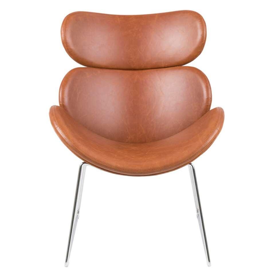 Fauteuil Cezar is een cognackleurige fauteuil met een geheel eigen look dankzij het ranke metalen onderstel en de lederlook bekleding. Deze stoel staat garant voor optimaal zitcomfort en is een echte eyecatcher in je interieur.