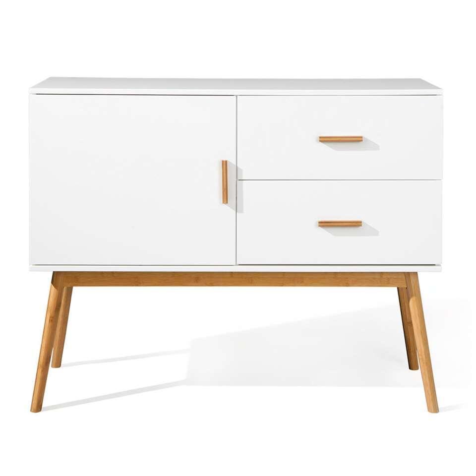 Kast Melanie is een modern kastje met ranke en hoge pootjes. Het design doet een beetje denken aan de jaren 50. Het kastje is gemaakt van hoogwaardig MDF. Het kastje heeft twee lades en een deurtje.