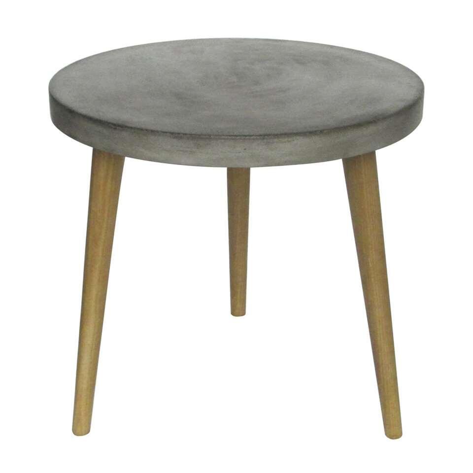 Bijzettafel Otta is een rond, eikenhouten tafeltje met een grijs tafelblad. Otta heeft een stoere en moderne uitstraling. Dit komt mede door het robuuste betonnen tafelblad.