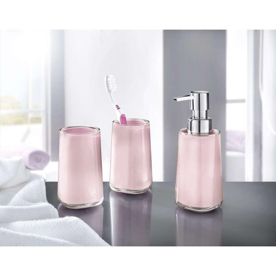 L'ensemble salle de bains Mable de Kleine Wolke crée du calme et de l'hygiène dans la salle de bains. Cet ensemble comprend un distributeur de savon et un gobelet pour la brosse à dents.