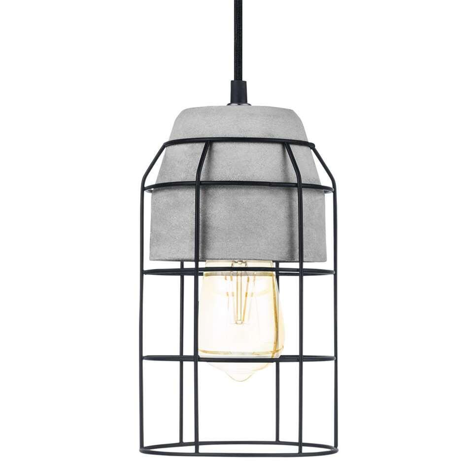 Hanglamp Consett van EGLO is een stoere en trendy hanglamp met een betonnen kap met daaroverheen een stalen draadframe in de kleur zwart. De lamp heeft een diameter van 14 cm en is 110 cm hoog.
